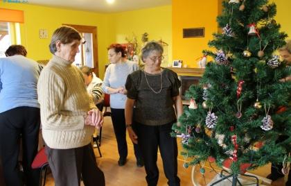 Zdobenie vianočného stromčeka