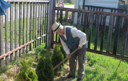 Cvičíme s rehabilitačnou sestrou, práca v záhradke