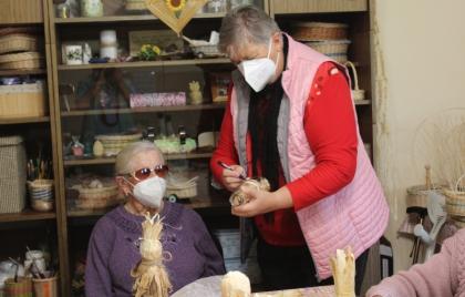 Výroba kvietkov zo šúpolia pod vedením lektorky